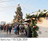 Новогодняя елка и ярмарочные шале на Манежной площади. Москва (2016 год). Редакционное фото, фотограф E. O. / Фотобанк Лори