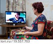 Купить «Пожилая женщина смотрит телевизор», эксклюзивное фото № 19557703, снято 27 декабря 2015 г. (c) Вячеслав Палес / Фотобанк Лори