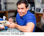 Купить «Dental lab technician appying porcelain to mold», фото № 19566299, снято 21 июля 2018 г. (c) easy Fotostock / Фотобанк Лори
