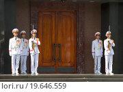Купить «Смена почетного караула у дверей мавзолея Хо Ши Мина. Ханой», фото № 19646559, снято 10 января 2016 г. (c) Виктор Карасев / Фотобанк Лори