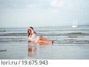 Девушка на берегу океана на закате солнца. Стоковое фото, фотограф Евгений Андреев / Фотобанк Лори