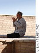 Купить «Пожилой мужчина-узбек молится», фото № 19684747, снято 22 сентября 2007 г. (c) Elizaveta Kharicheva / Фотобанк Лори