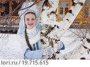 Купить «Снегурочка около березы на фоне деревянного дома», фото № 19715615, снято 18 декабря 2015 г. (c) Дмитрий Черевко / Фотобанк Лори