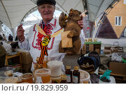 Купить «Мужчина продает мед на ярмарке российских продуктов на территории ВДНХ в городе Москве, Россия», фото № 19829959, снято 25 апреля 2015 г. (c) Николай Винокуров / Фотобанк Лори