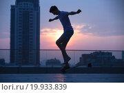 Купить «Силуэт парня на скейте на фоне заката», фото № 19933839, снято 26 августа 2015 г. (c) Andriy Bezuglov / Фотобанк Лори