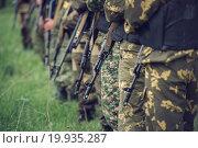 Взвод солдат с автоматами, пехота. Стоковое фото, фотограф Алина Щедрина / Фотобанк Лори