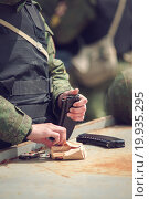 Солдат заправляет магазин автомата калашникова. Стоковое фото, фотограф Алина Щедрина / Фотобанк Лори