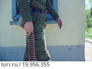 Солдат держит снаряженную пулемётную ленту. Стоковое фото, фотограф Алина Щедрина / Фотобанк Лори