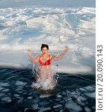 Купить «Девушка в красном купальнике плавает среди льдин зимой, Приморье, Россия», фото № 20090143, снято 6 января 2016 г. (c) Георгий Хрущев / Фотобанк Лори