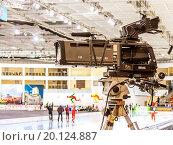 Профессиональная телевизионная камера, установленная на штативе на трибуне конькобежного стадиона в Минске (2016 год). Редакционное фото, фотограф Светогор Александр Романович / Фотобанк Лори