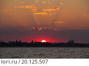 Заходящее солнце над городом у моря (2013 год). Стоковое фото, фотограф Сергей Блинов / Фотобанк Лори