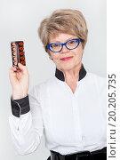 Купить «Женщина с улыбкой показывает таблетки», фото № 20205735, снято 13 декабря 2015 г. (c) Кекяляйнен Андрей / Фотобанк Лори