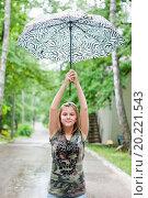 Купить «Весёлая девушка подняла зонт высоко над головой», эксклюзивное фото № 20221543, снято 26 июня 2015 г. (c) Игорь Низов / Фотобанк Лори