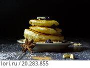 Блинчики с ягодами на черном фоне. Стоковое фото, фотограф Daodazin / Фотобанк Лори