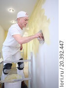 Купить «Plasterer applied with a trowel yellow decorative plaster on the wall», фото № 20392447, снято 6 апреля 2014 г. (c) Losevsky Pavel / Фотобанк Лори