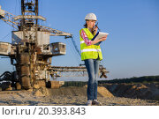 Купить «female worker talks on the walkie-talkie on a background of career Stacker», фото № 20393843, снято 1 июля 2014 г. (c) Losevsky Pavel / Фотобанк Лори