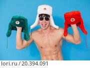Купить «young white-skinned man in sunglasses holding fur hats in his hands», фото № 20394091, снято 16 мая 2014 г. (c) Losevsky Pavel / Фотобанк Лори