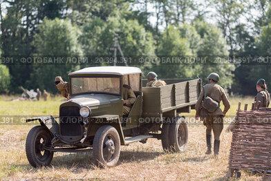 Купить «NELIDOVO, RUSSIA- JULY 12, 2014: Battlefield 2014: Soviet army truck and the soldiers», фото № 20394391, снято 12 июля 2014 г. (c) Losevsky Pavel / Фотобанк Лори
