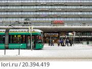 Купить «Зима в Хельсинки. Пассажиры на трамвайной остановке напротив Центрального вокзала», фото № 20394419, снято 9 января 2016 г. (c) Валерия Попова / Фотобанк Лори