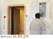 Electrician working on electrical installations in fuse box in the apartment repaired. Стоковое фото, фотограф Losevsky Pavel / Фотобанк Лори