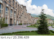 Купить «ESTOSADOK, RUSSIA - AUGUST 1,2014: courtyard of Gorky Gorod Apartments», фото № 20396439, снято 1 августа 2014 г. (c) Losevsky Pavel / Фотобанк Лори
