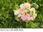 Купить «Beautiful bouquet of roses is on green grass at sunny summer day.», фото № 20408663, снято 29 мая 2013 г. (c) Losevsky Pavel / Фотобанк Лори