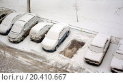 Купить «view from window from above on a parking of cars which in snow», фото № 20410667, снято 9 января 2012 г. (c) Losevsky Pavel / Фотобанк Лори