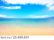 Купить «Vacation summer beach ocean background texture. Blue water, sky, sand and beach. Travel, vacation and summer holiday concept image from Maui, hawaii.», фото № 20499691, снято 20 января 2013 г. (c) easy Fotostock / Фотобанк Лори