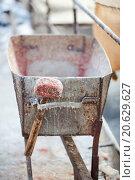 Металлическое корыто и деревянный молоток. Стоковое фото, фотограф Евгений Майнагашев / Фотобанк Лори