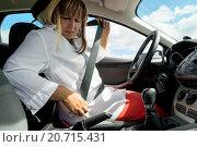 Купить «Женщина пристегивается ремнем в автомобиле», фото № 20715431, снято 25 июля 2015 г. (c) Константин Лабунский / Фотобанк Лори