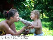 Девочка, мама и домашний хорёк. Стоковое фото, фотограф Лощенов Владимир / Фотобанк Лори
