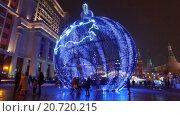 Купить «Огромные рождественские украшения из огней на Манежной площади напротив Кремля. Москва», видеоролик № 20720215, снято 15 января 2016 г. (c) Серёга / Фотобанк Лори