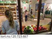 Купить «Дети учатся делать покупки и работать в продуктовом магазине в детском городе мастеров «Мастерславле». Москва, Россия», фото № 20723667, снято 10 декабря 2015 г. (c) Николай Винокуров / Фотобанк Лори