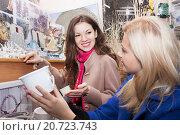 Две девушки в сувенирном магазине. Стоковое фото, фотограф Оксана Лозинская / Фотобанк Лори