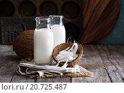 Веганское кокосовое молоко в бутылках на деревянном столе. Стоковое фото, фотограф Елена Веселова / Фотобанк Лори