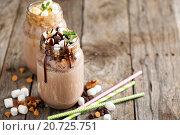 Купить «Шоколадный коктейль с сиропом и зефиром», фото № 20725751, снято 12 декабря 2015 г. (c) Елена Веселова / Фотобанк Лори