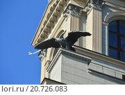 Купить «Скульптура орла на фасаде башни Киевского вокзала. Площадь Киевского Вокзала, 1. Москва», эксклюзивное фото № 20726083, снято 20 сентября 2015 г. (c) lana1501 / Фотобанк Лори