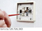 Ремонт квартирной электросети, демонтаж старого выключателя света, фото крупным планом. Стоковое фото, фотограф Владимир Григорьев / Фотобанк Лори