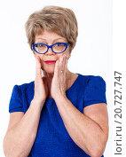 Обеспокоенная пожилая женщина, белый фон. Стоковое фото, фотограф Кекяляйнен Андрей / Фотобанк Лори