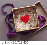 Красное войлочное сердце лежит на бумажной стружке в подарочной коробке. Стоковое фото, фотограф Виктор Колдунов / Фотобанк Лори