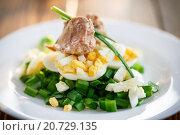 Салат с печенью трески, яйцом и зеленым луком. Стоковое фото, фотограф Peredniankina / Фотобанк Лори