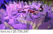 Купить «Стол в ресторане с белоснежной скатертью, сервированный для торжественного мероприятия или праздника», видеоролик № 20730247, снято 21 января 2016 г. (c) Кекяляйнен Андрей / Фотобанк Лори