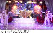 Купить «Выступление танцевальной группы на торжественном приеме на выставке Металл-Экспо 2015, Москва», видеоролик № 20730383, снято 21 января 2016 г. (c) Кекяляйнен Андрей / Фотобанк Лори
