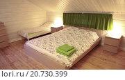 Купить «Двуспальная кровать, и две детские кровати в просторной спальне с отделкой под дерево», видеоролик № 20730399, снято 21 января 2016 г. (c) Кекяляйнен Андрей / Фотобанк Лори