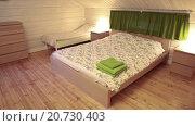 Купить «Двуспальная кровать, и две детские кровати в просторной спальной комнате», видеоролик № 20730403, снято 21 января 2016 г. (c) Кекяляйнен Андрей / Фотобанк Лори