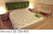 Купить «Двуспальная кровать, и две детские кровати в спальне», видеоролик № 20730415, снято 21 января 2016 г. (c) Кекяляйнен Андрей / Фотобанк Лори