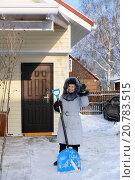 Купить «Женщина чистит снег на дачном участке», эксклюзивное фото № 20783515, снято 8 декабря 2012 г. (c) Юрий Морозов / Фотобанк Лори