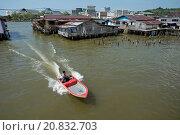 Купить «Water taxi speedboat passing shacks on stilts in river, Water Village (Kampong Ayer), Brunei River, Bandar Seri Begawan, Brunei, March», фото № 20832703, снято 20 февраля 2020 г. (c) age Fotostock / Фотобанк Лори