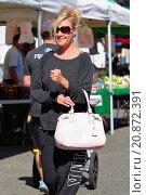 Купить «Bridget Marquardt shopping for fresh flowers at the Studio City Farmers Market Featuring: Bridget Marquardt Where: Studio City California, California,...», фото № 20872391, снято 26 апреля 2015 г. (c) age Fotostock / Фотобанк Лори