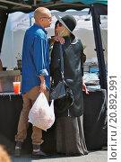 Купить «Heavily pregnant Ashlee Simpson buys fresh salsa, strawberries and a jumbo sausage sandwich together with a watermelon drink at the Studio City Farmers...», фото № 20892991, снято 3 мая 2015 г. (c) age Fotostock / Фотобанк Лори